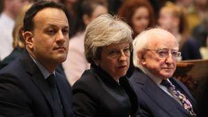 Irlands premiärminister Leo Varadkar, Storbritanniens premiärminister Theresa May och irlands president Michael D Higgins är på Lyra McKees begravning