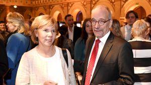 Anna-Maja Henriksson och Nils Torvalds står bredvid varandra på Niinistös valvaka.