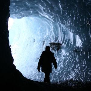 Tulivuoren kuumentaman veden sulattama luola jäätikössä Islannin Kverkfjollissa
