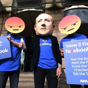 Demonstranter protesterar mot Facebook.
