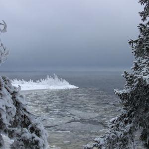 Luminen maisema järvelle, joka on osittain jäätynyt
