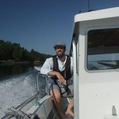 Peter Mustelin kuljettaa postivenettä.
