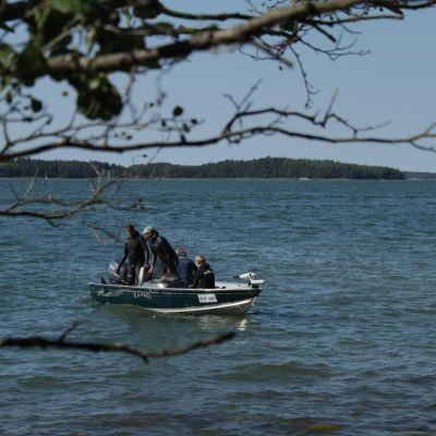 Sukelluskalastajia veneessä.