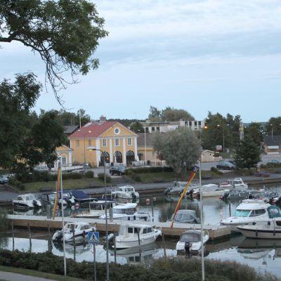 Fritidsbåtar i Dalsbruks småbåtshamn invid de gula magasinen