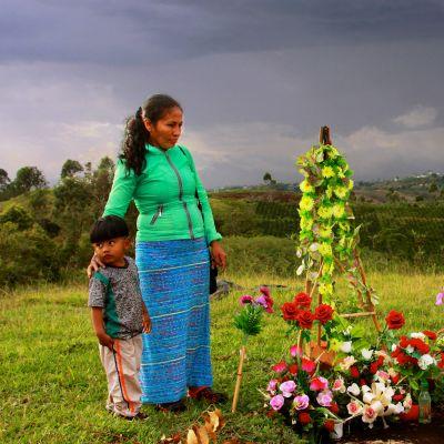 intiaaninainen miehensä haudalla