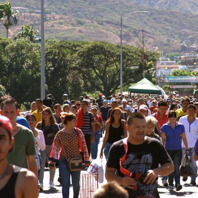 ihmisiä pakenee Venezuelasta Kolumbiaan