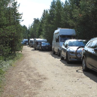 Autoja leiriytyneenä Inarin Solojärven tiellä.