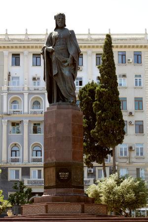 Staty av den persiska poeten Nezami-ye Ganjavi i Baku