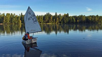 Carina Bruun och Filip Store seglar optimistjolle i Galllträsk.