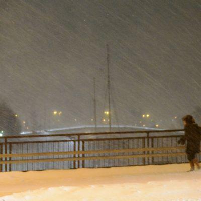 kvinna i snöväder