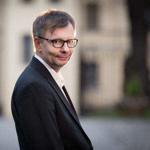 Heikki Hiilamo på gården utanför Helsingfors universitet
