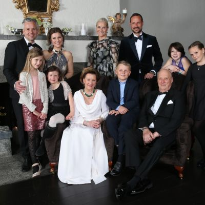 Norjan kuninkaallinen perhe yhteiskuvassa 16.1. 2016.