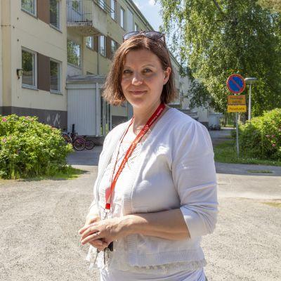 Johtaja Leena Uskelin seisoo SPR:n vastaanottokeskuksen edustalla Mänttä-Vilppulassa