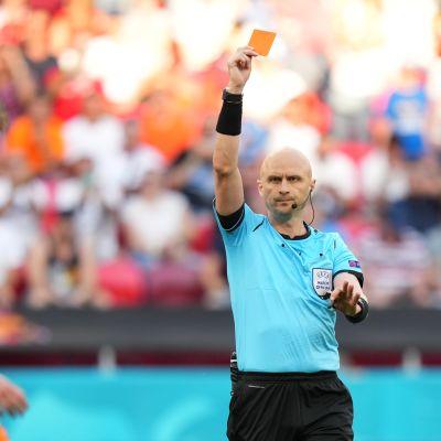 Matthijs de Ligt sai punaisen kortin pelattuaan palloa kädellään.