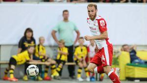 Timo Furuholm har ögonen på bollen framför honom.