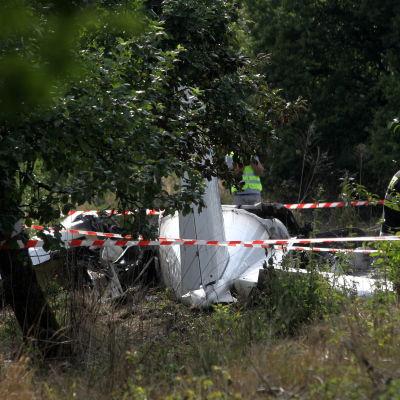 Polisen undersöker vraket av flyget som störtade med 11 fallskärmshoppare i södra Polen.