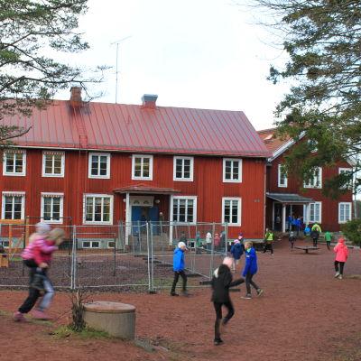 södersundan koululaiset juoksevat välitunnilta sisään