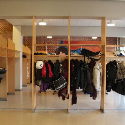 Kläder hänger i aulan i Strömborgska skolan