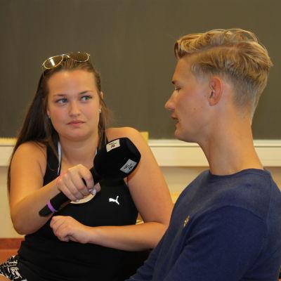 Amanda Sandström intervjuar Otto Öhman i direktsändning från Katedralskolan