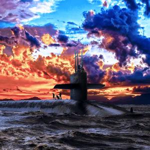 Sukellusvene on kohonnut pintaan satumaista taivasta vasten.