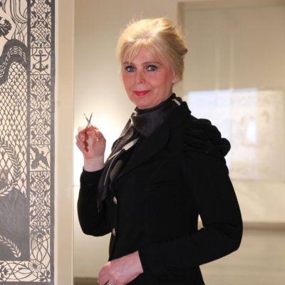 Karen Bit Vejle perintösakset kädessään taideteoksen äärellä.
