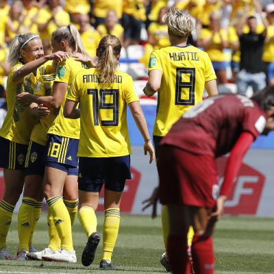 Sverige firar ett mål mot Thailand.
