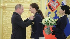 Vladimir Putin hedrar OS-medaljören i fäktning, Sofia Velikaja, Kreml, 25.8.2016.
