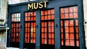 Restaurangen Must i Tallinn har stängt dörrarna och dragit ner gardinerna på grund av coronaepidemin.