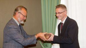 Juhani Knuuti tog emot Kulturpriset 2012 av biträdande stadsdirektör Jouko Lehmusto