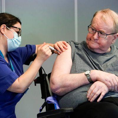 Svein Andersen var den första i Norge som vaccinerades mot covid-19. Han vaccinerades med Pfizer-Biontechs preparat den 27 december.