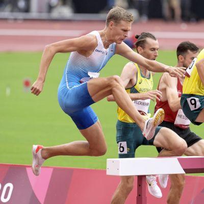Topi Raitanen tar sig över ett hinder.