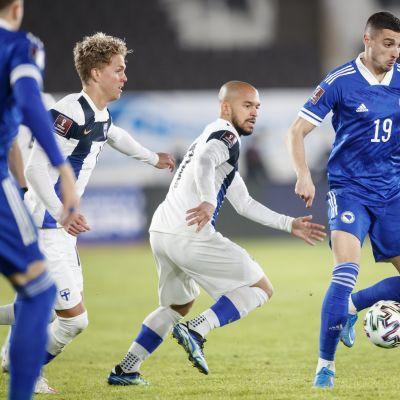 Onni Valakari ja Nikolai Alho jahtaavat palloa bosnialaispelaajalta MM-karsintaottelussa 24.3.2021.