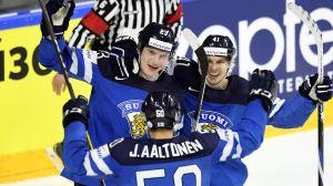 Joonas Kemppainen firar Finlands 2-0-mål tillsammans med Juhamatti Aaltonen och Antti Pihlström.