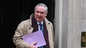 Justitiekansler Geoffrey Cox lämnade 10 Downing Street vid lunchtid på tisdagen efter ett möte med premiärminister May.
