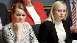 Katri Kulmuni och Maria Ohisalo i regeringsbänken i riksdagen.