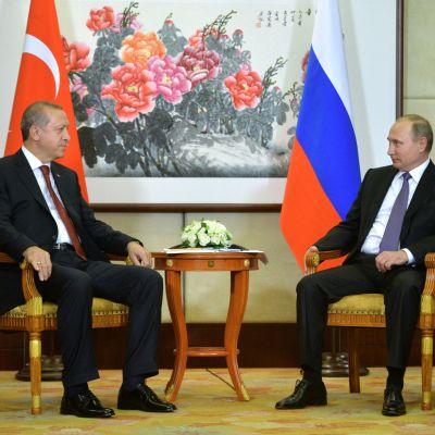 Turkiets premiärminister Recep Tayyip Erdoğan och Rysslands president Vladimir Putin i samtal under G20-mötet i Hangzhou i Kina.