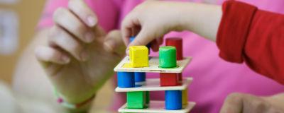 Barn leker med träklossar