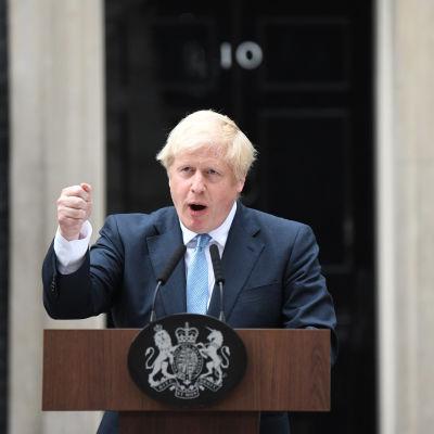 Storbritanniens premiärminister Boris Johnson håller ett tal.