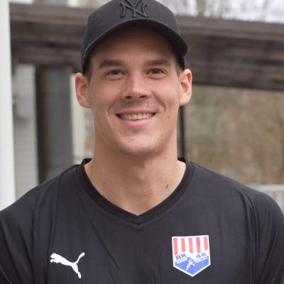 Nico Rönnberg står utomhus, iklädd en svart t-skjorta där det står BK-46.