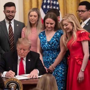 Donald Trump omgiven av konservativa studenter.