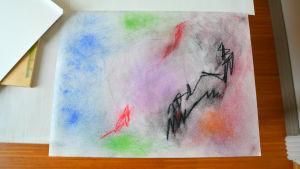 Teckning gjord med färgkritor i mörka färger med en blyertscirkel i mitten