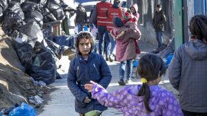 Pakolaisia Morian pakolaislerissä.