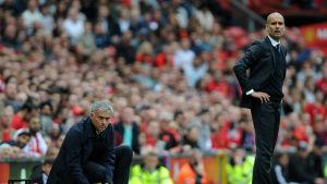 Jose Mourinho hukar ner sig bredvid tränarkollegan Pep Guardiola i Manchester-derbyt i Premier League 2016.