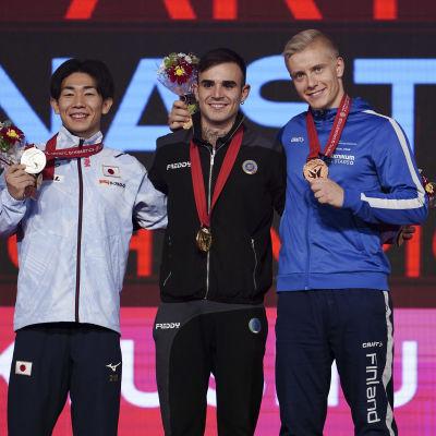 Emil Soravuo pronssimitali kaulassaan MM-kisoissa 2021.