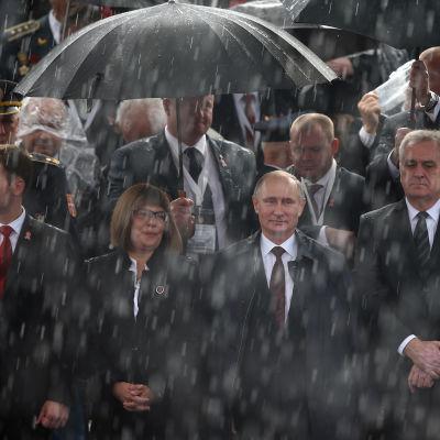 Rysslands president Vladimir Putin och Serbiens president Tomislav Nikolic tittar på militärparad i Belgrad 16.10.2014.