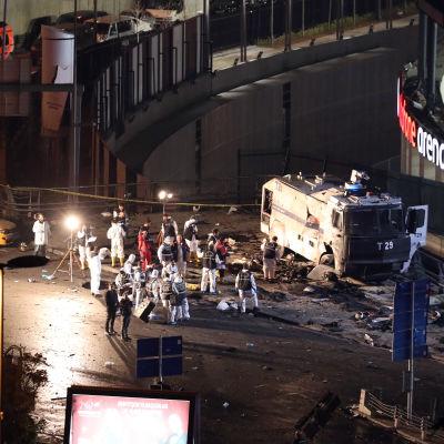 Polisen undersöker bombbil utanför stadion i Istanbul.