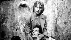 Nastassja Kinski on enkeli Berliinin taivaan alla -elokuvan jatko-osassa Niin kaukana, niin lähellä (1993)..