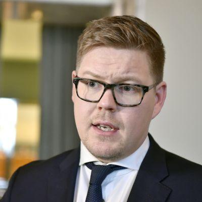 En närbild Av en man i körk kostym och  slips. Ordföranden för Socialdemokraternas riksdagsgrupp Antti Lindtman i riksdagen den 4 december 2019.