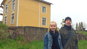 Tea Salin och Kasper Mårtenson framför en av de gamla trävillorna i västra Böle.