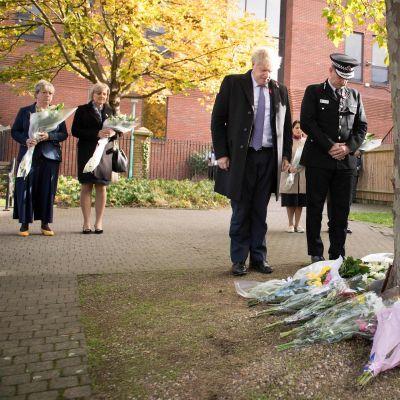 Premiärminister Boris Johnsons hedrar minnet av de 39 personer som hittades döda i en långtradare